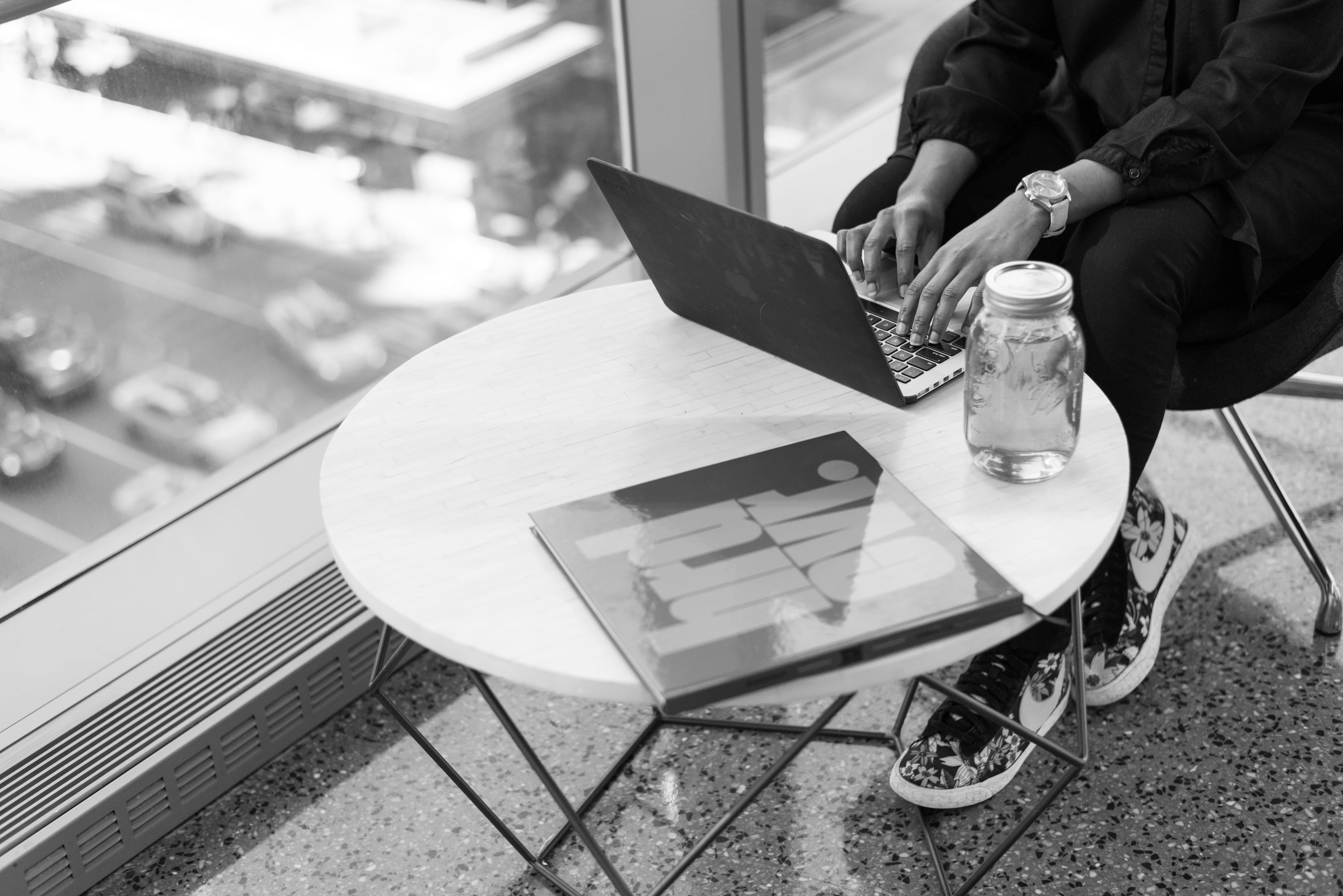Pessoa trabalhando em notebook